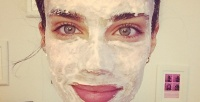 https://dviyeq873v9uq.cloudfront.net/wp-content/uploads/2016/01/24230838/DIY-Face-Mask-Recipes-Sara-Sampaio-e1453730026288.jpg
