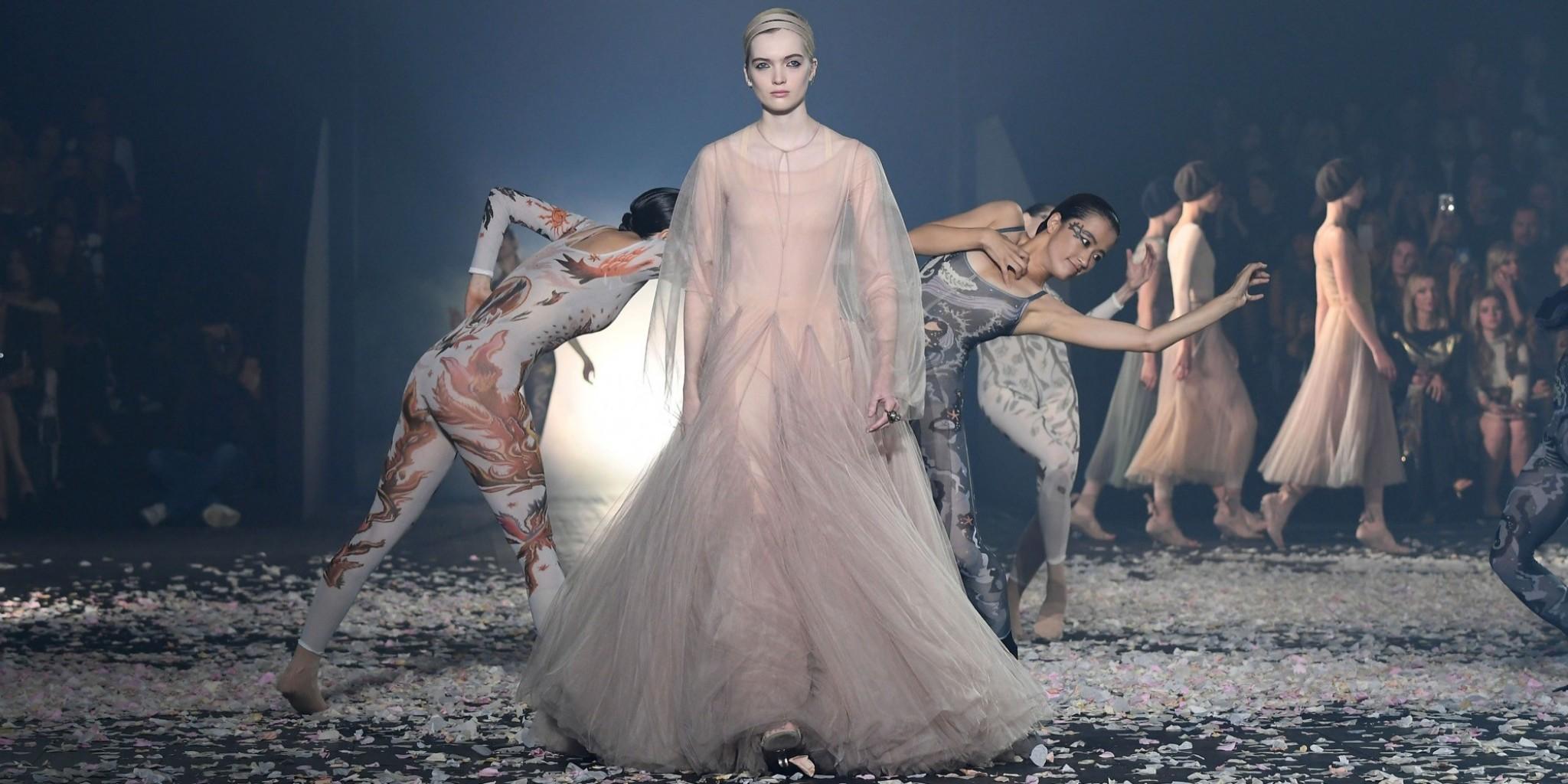 Dior ورحلة بين الفن الموضة تتمايل مع حركات الراقصين